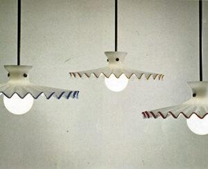 Lampada a sospensione Pinocchio con struttura in metallo e diffusore in vetro soffiato.
